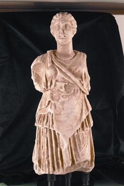 Figura femminile rappresentata come Artemide