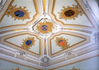Decorazioni araldiche in una delle sale del Palazzo Vescovile, sede della Pinacoteca Diocesana