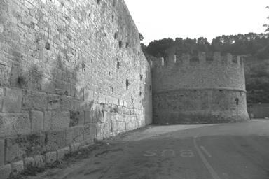 Cassero merlato e resti di mura