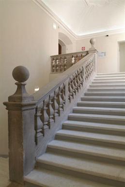 Scala che conduce al primo piano del Museo