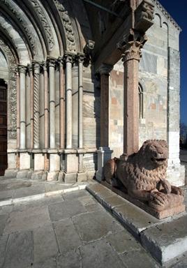 Particolare di uno dei leoni e della strombatura del protiro della Cattedrale di San Ciriaco