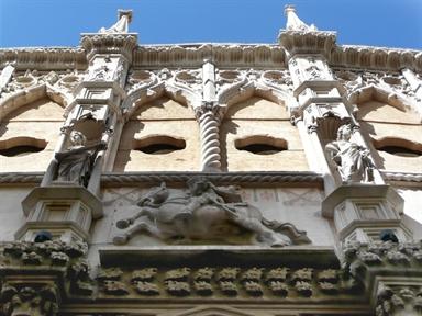 Particolare della facciata della Loggia dei Mercanti