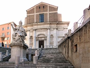 Piazza del Plebiscito con la statua di Papa Clemente VII, la scalinata e la Chiesa di San Domenico
