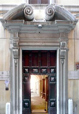 """Particolare del portale di Palazzo Bosdari, sede della Pinacoteca Comunale """"F.Podesti"""""""
