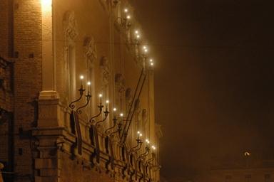 Vista notturna della facciata