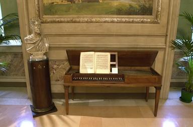Busto di G.Spontini e pianoforte