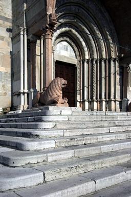Particolare di uno dei leoni del protiro della Cattedrale di San Ciriaco