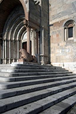 Particolare dei leoni del protiro della Cattedrale di San Ciriaco