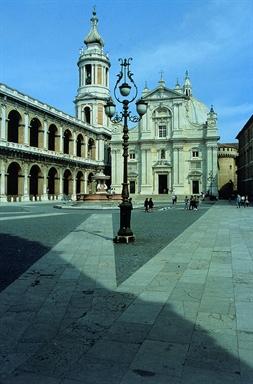 Veduta della Piazza della Madonna con la Basilica