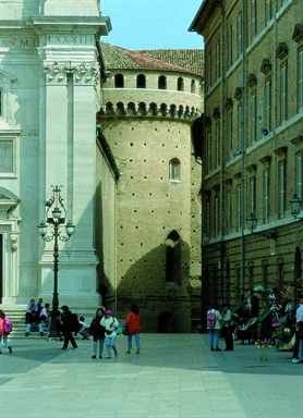 Particolare della facciata della Basilica di Loreto e di una delle cappelle absidali