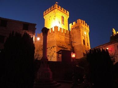 Veduta notturna della Rocca di Offagna