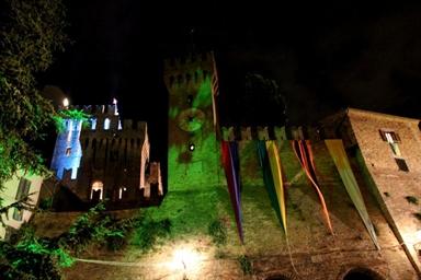Veduta notturna della Rocca di Offagna durante le Feste Medievali