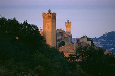 Torrione eptagonale e sullo sfondo la Torre dell