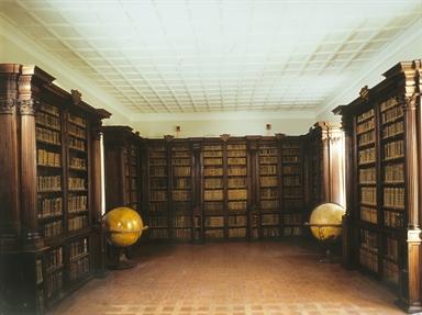 Biblioteca Comunale Federiciana, la Sala Federici con i globi di Vincenzo Coronelli