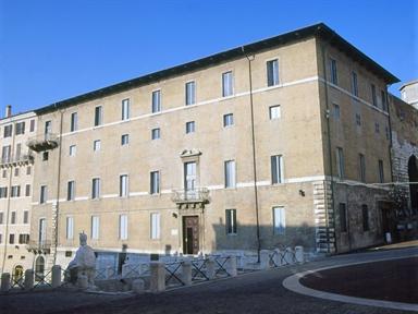Facciata del Palazzo Mengoni-Ferretti, sede della Biblioteca
