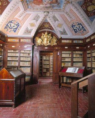 Una delle Sale della Biblioteca Mozzi Borgetti con lo stemma di Papa Pio VI, affiancato da quelli del Card. Guglielmo Pallotta e della città di Macerata