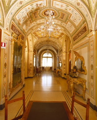La Sala degli Specchi decorata a grottesche su progetto di Vincenzo Martini
